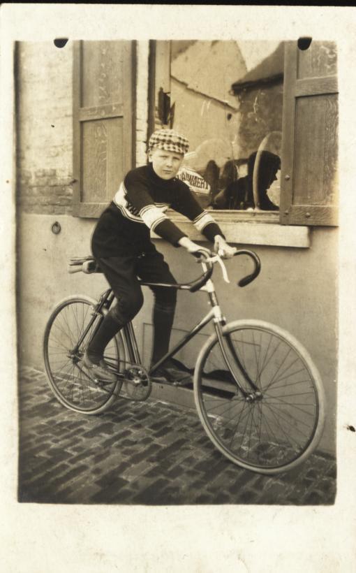 Fontaine-l'Evêque -Jeune Cycliste ( Carte-photo ) - Fontaine-l'Evêque