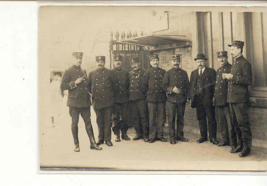 1828 Carte Photo Groupe  De Militaires Sans Précision Officiers ? - Uniformes