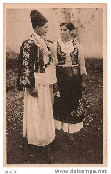 JEUNE  HOMME ET JEUNE  FILLE EN COSTUME NATIONAL DANS LE BANAT SERBE - Serbie