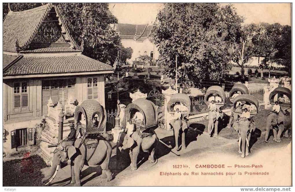 CAMBODGE - PHNOM-PENH - Eléphants Du Roi Harnachés Pour La Promenade - Elephants