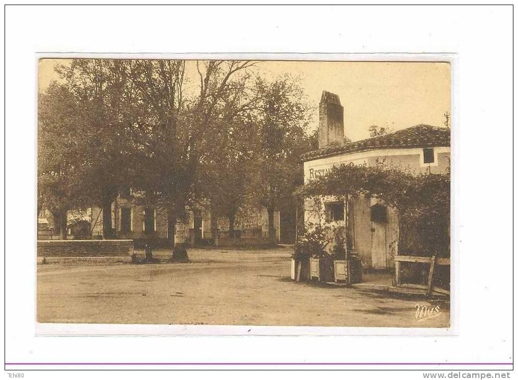 SALLES La Place Et L´école - France