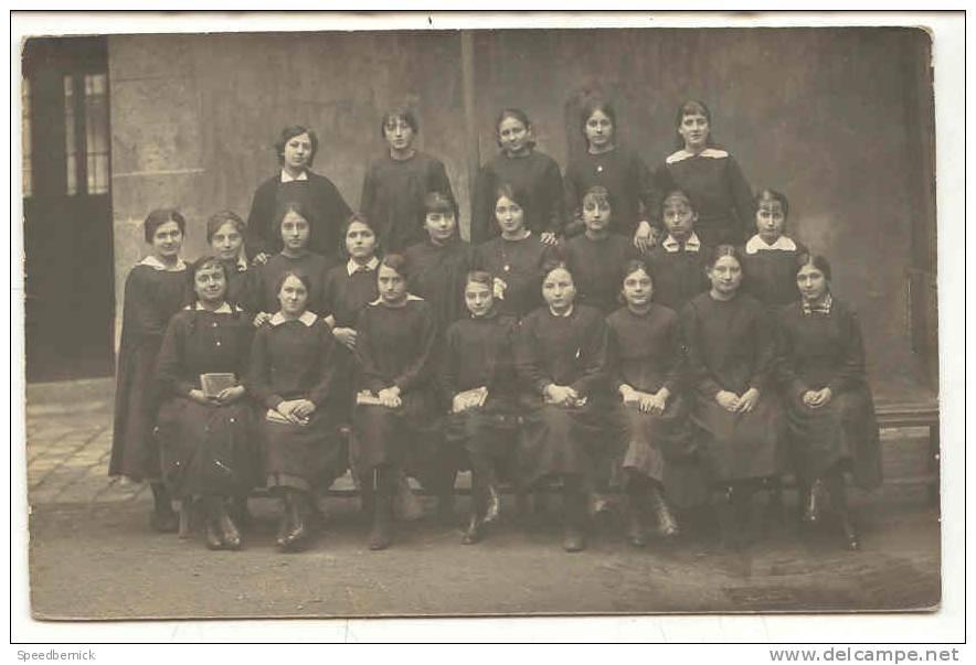 """8515 Carte Photo D´un Groupe D´ écolière . """" Cours Complémentaire 2ième Année . 1916-1917 """". Signée L.  Berguy ? - Ecoles"""