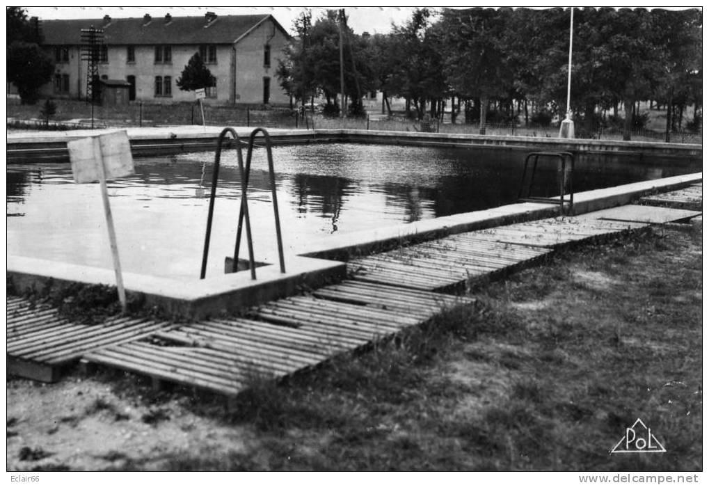 02 SISSONNE  (Aisne)     Le Camp   La Piscine  Année 1954 CPSM Petit Format  édit Jacques Fréville   POL  X - Sissonne