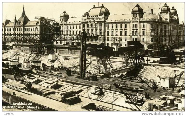 SLOVAQUIE - Bratislava - Ministerstvo - Port - Péniches - Grues Convoyeurs - Slovaquie