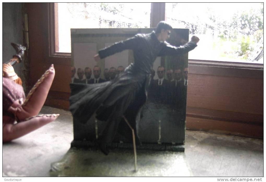 Figurine MATRIX Sur Son Socle Avec Décor - Unclassified