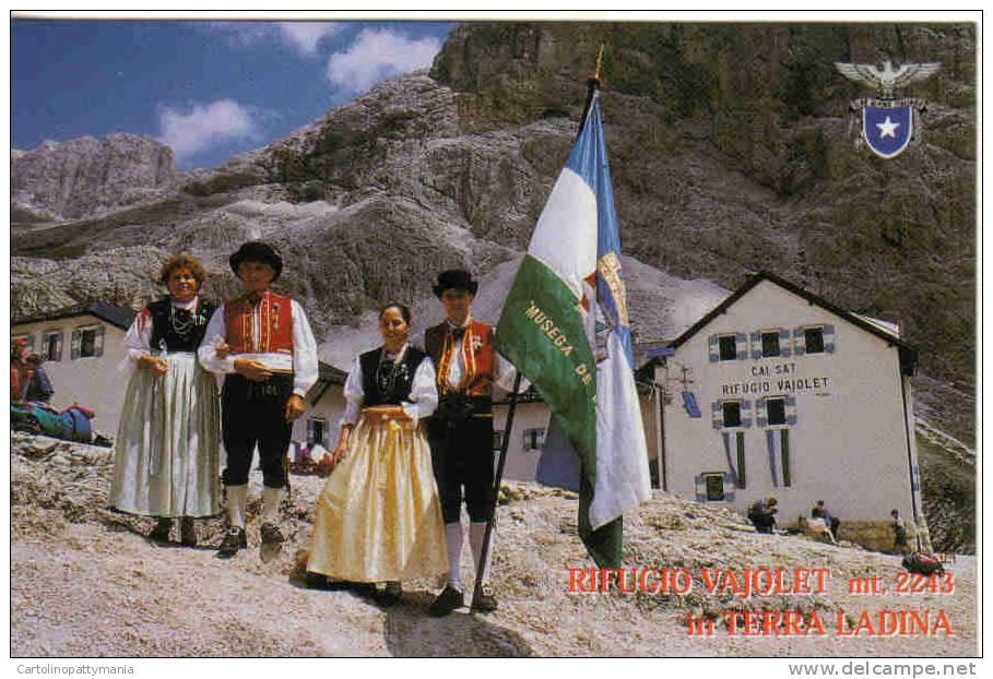 Rifugio Vajolet In Terra Ladina  Con Persone In Costume - Costumi