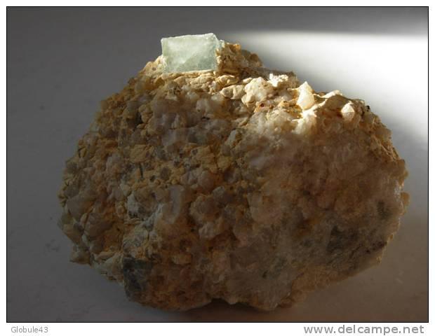 CUBE DE 9mm SUR QUARTZ BLANC CRIST 6,5 X 4,5 Cm  MARSANGES - Minerals