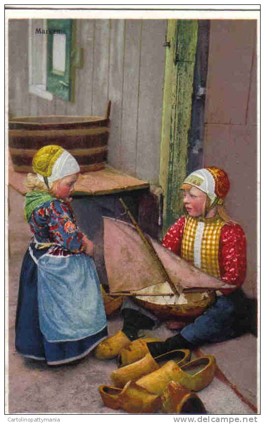 Due Ragazzine In Costume Marken Veliero Giocattolo - Costumi