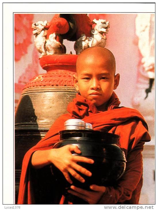 RANGOON / A YOUNG MONK AT THE SHWEDAGON PAGODA - Myanmar (Birma)