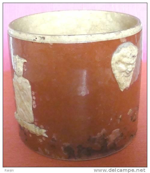 Pot  à Sel (?) Très Très  Ancien Grès émaillé Avec  Figures En Relief  (Strasbourg ?)  état D'usage - Strasbourg (FRA)