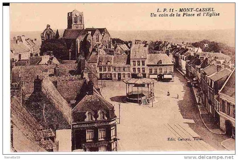 59 MONT CASSEL Un Coin De La Place Et L' Eglise + Kiosque à Musique - Cassel