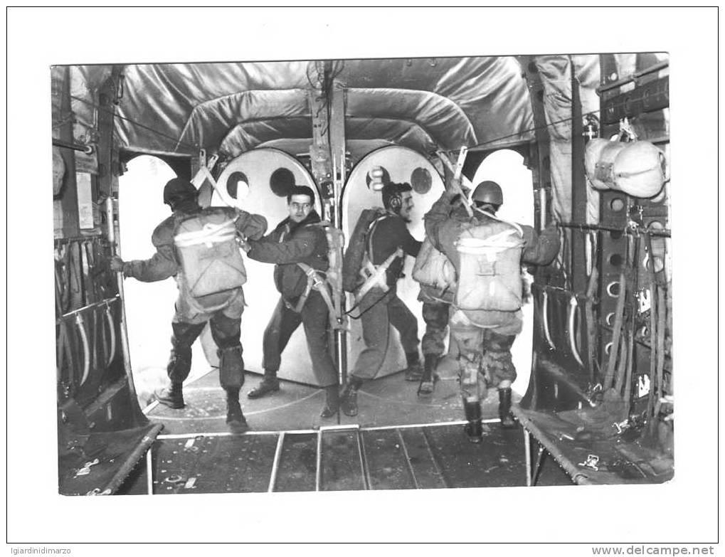 CARTOLINA A SOGGETTO PARACADUTISMO - PARACADUTISTI PRONTI AL LANCIO - VIAGGIATA 1966 - IN BUONE CONDIZIONI. - Paracadutismo