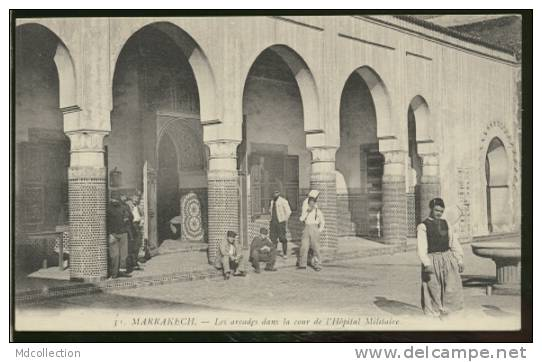 MAROC MARRAKECH /  Les Arcades Dans La Cour De L'hôpital Militaire - Marrakesh