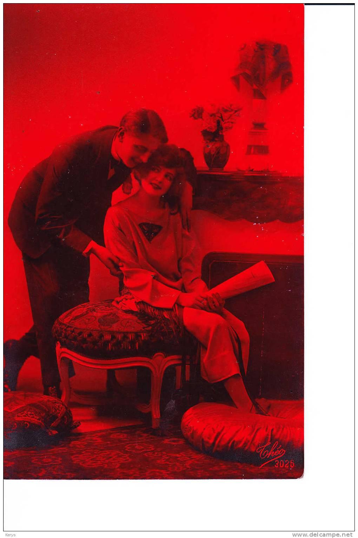 Jeune Couple , Fond Rouge - Koppels