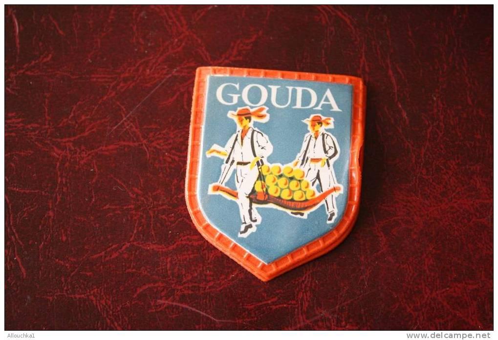 GOUDA - PAYS- BAS - NEEDERLAND - HOLLANDE   COLLECTION VOYAGE EN EUROPE DU CAFé MAURICE ECUSSON BLASON EN PLASTIQUE - Reclame