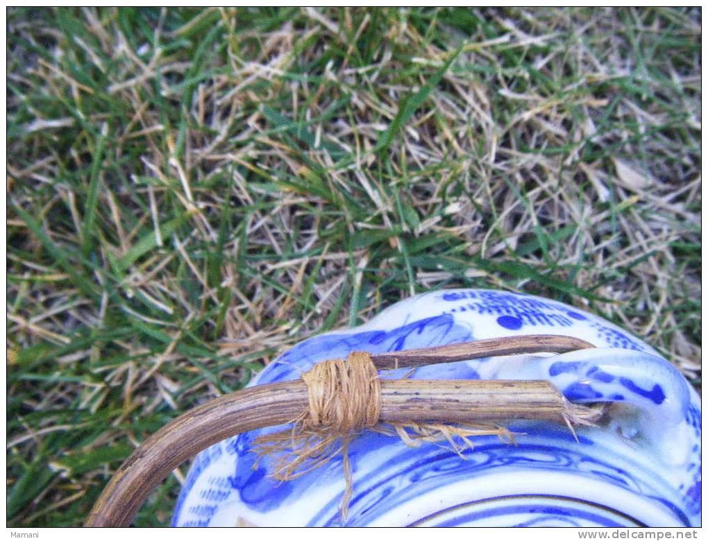 Theiere-bleue-decor Asiatique -hauteur Bouchon Compris 11.5cm Environ-petit Eclat Sur Le Bec-anse A Revoir - Art Asiatique