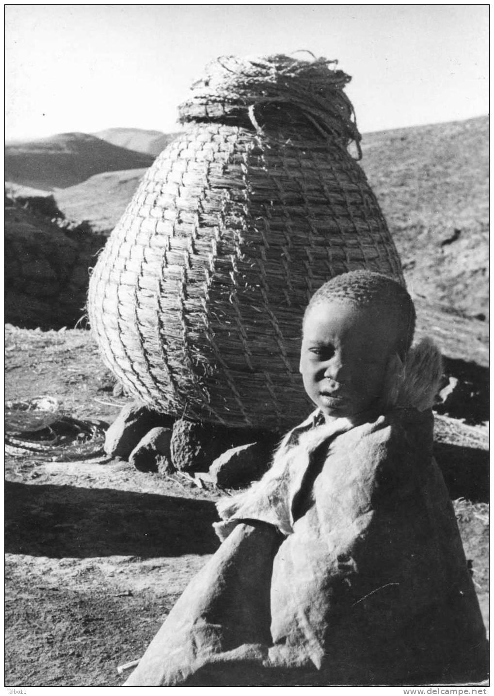 LESSOUTO - Devant Un Grenier à Maîs Prés De Mohlanapeng - Lesotho