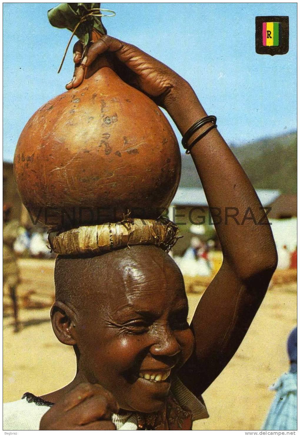 FEMME AVEC CALEBASSE DE TERRE - Rwanda