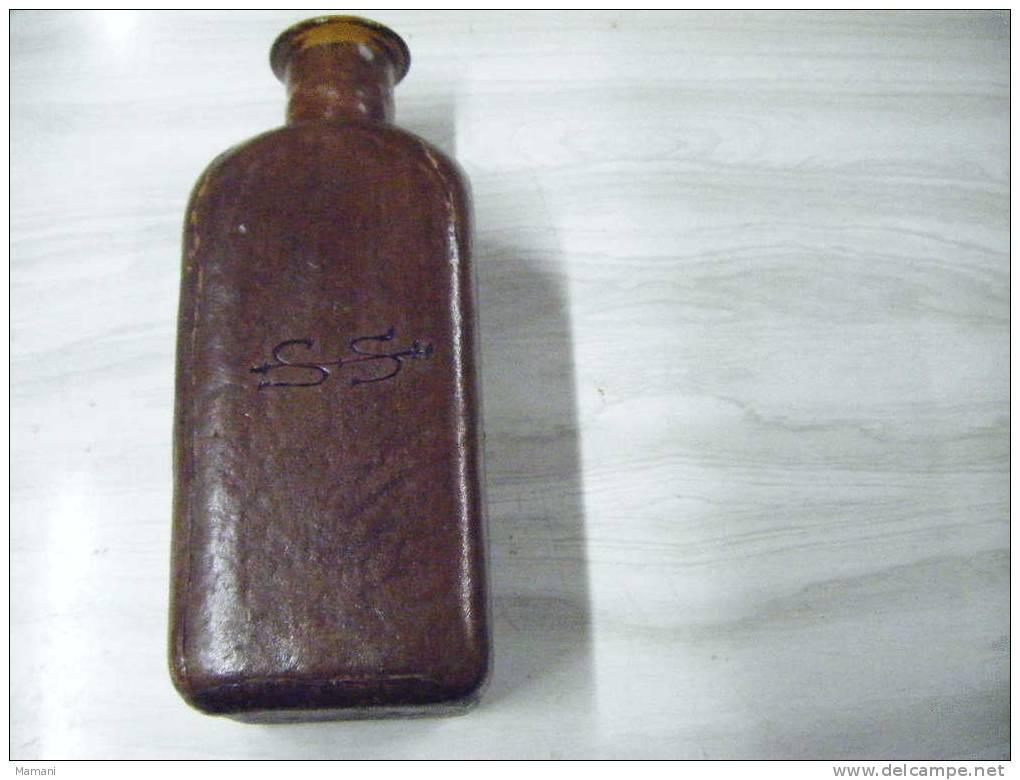 Bouteille Et Bouchon  Recouverte De Cuir Hauteur Totale 26.5cm Monogramme SS Sur 2 Cotes  Et R  Sur Les 2 Autres - Autres Collections