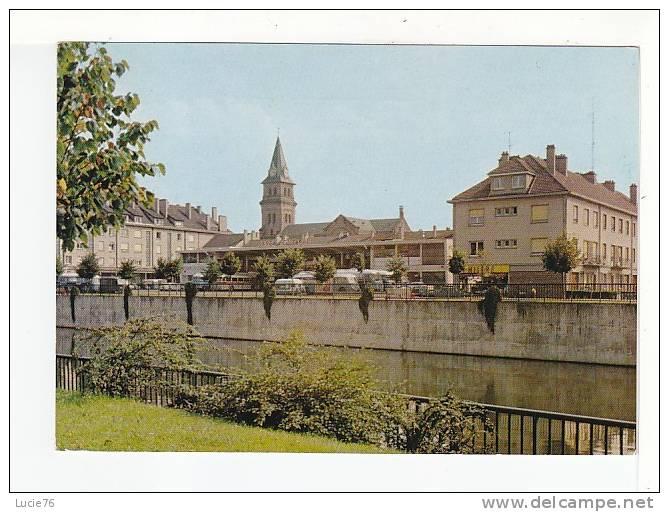 SAINT DIE  - La Gare Routière Et L'Eglise Saint Martin Sur Les Bords De La Meurthe - N°  7623 - Saint Die