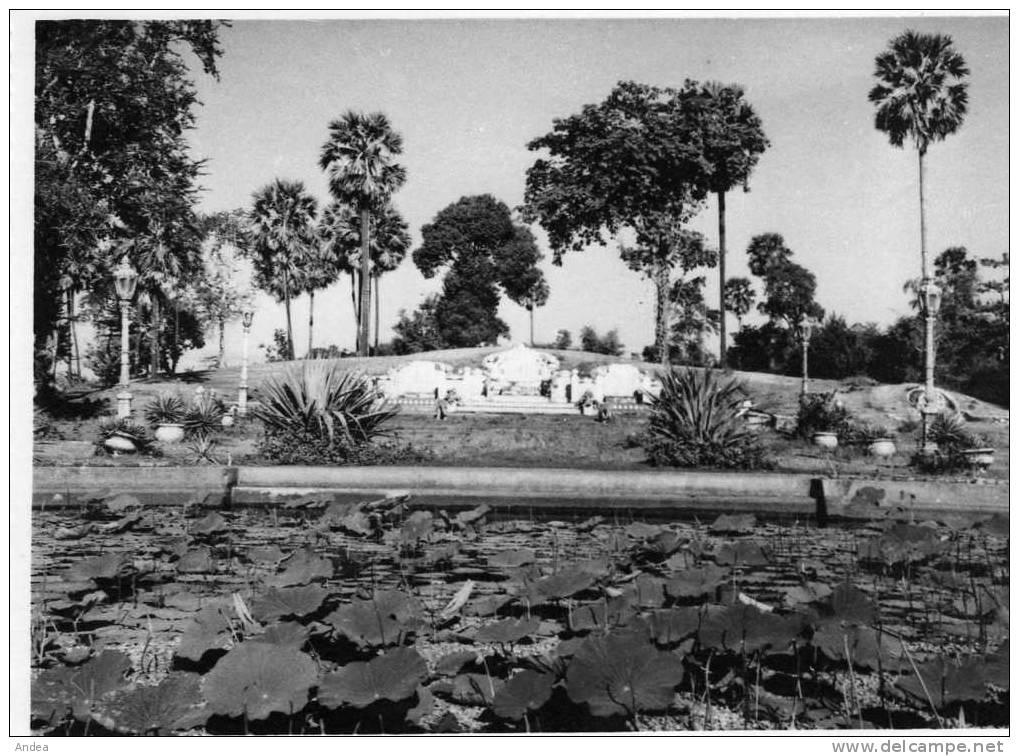 TOMBEAU CHINOIS. DEUXIEME PLAN.CAMBODJE 1951.PHOTO SERVICE FRANCAIS D'INFORMATION .PRIX : 1,49 € - Lieux