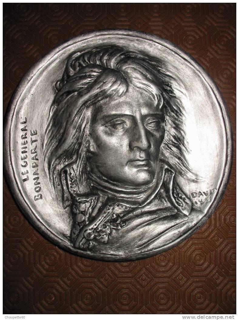 Médaillon Avec Napoléon Bonaparte - Médailles & Décorations