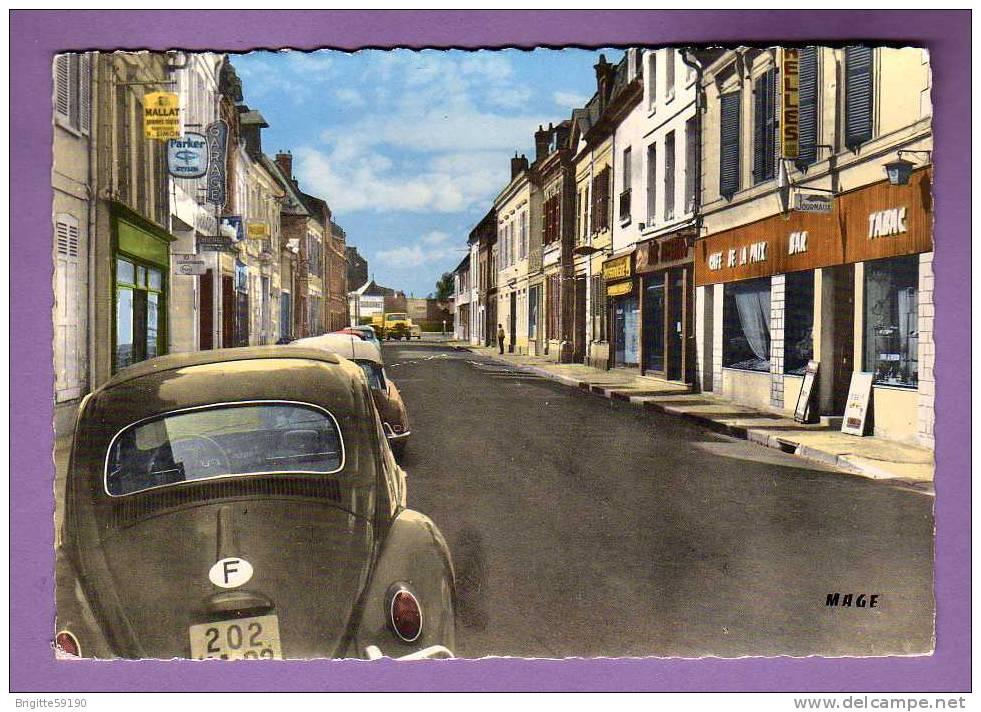 CPSM - 02 - LA FERE -  LA RUE DU BOURGET -  CAFE TABAC DE LA PAIX /  VOLKSWAGEN COX++ - Non Classés