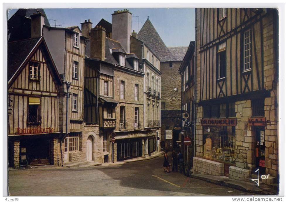VANNES---datée 1983--.La Place Brulée (petie Animation, Droguerie , Quincaillerie ) Cpm N° MX  5529  éd  JOS - Vannes