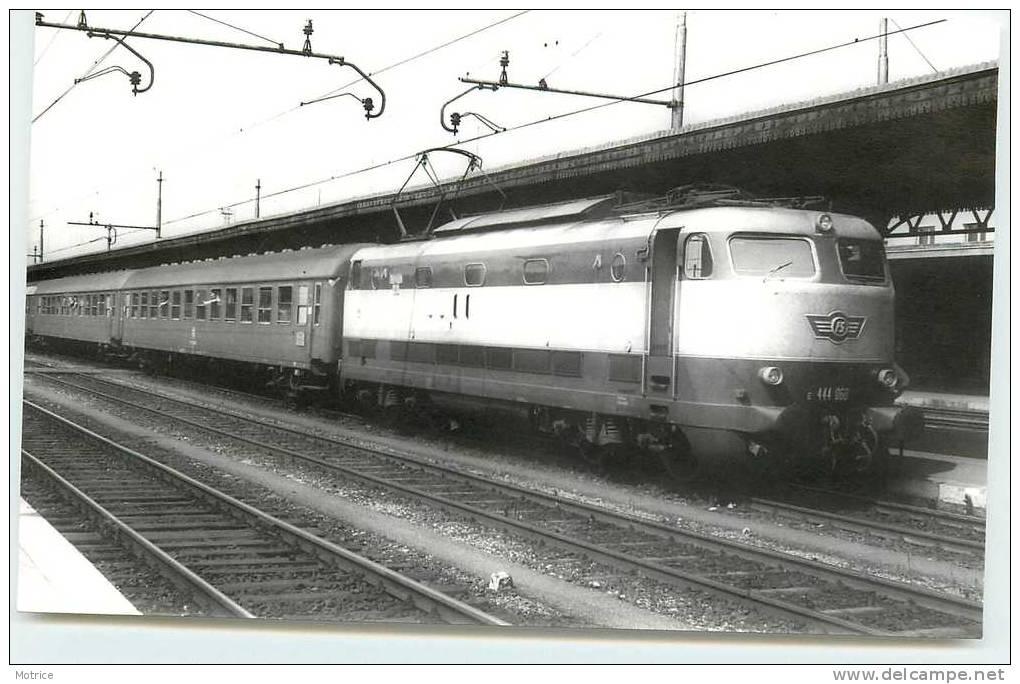 TRAINS ITALIENS   -    Verona; E444 Avec Train Express, 1977 (photo Format Carte Ancienne) - Verona