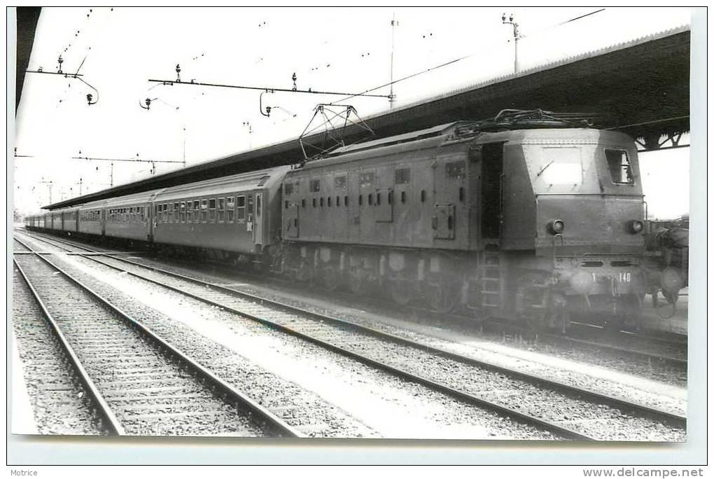 TRAINS ITALIENS   -    Verona; E428 Avec Expess Trieste-Zürich, 1977 (photo Format Carte Ancienne) - Verona