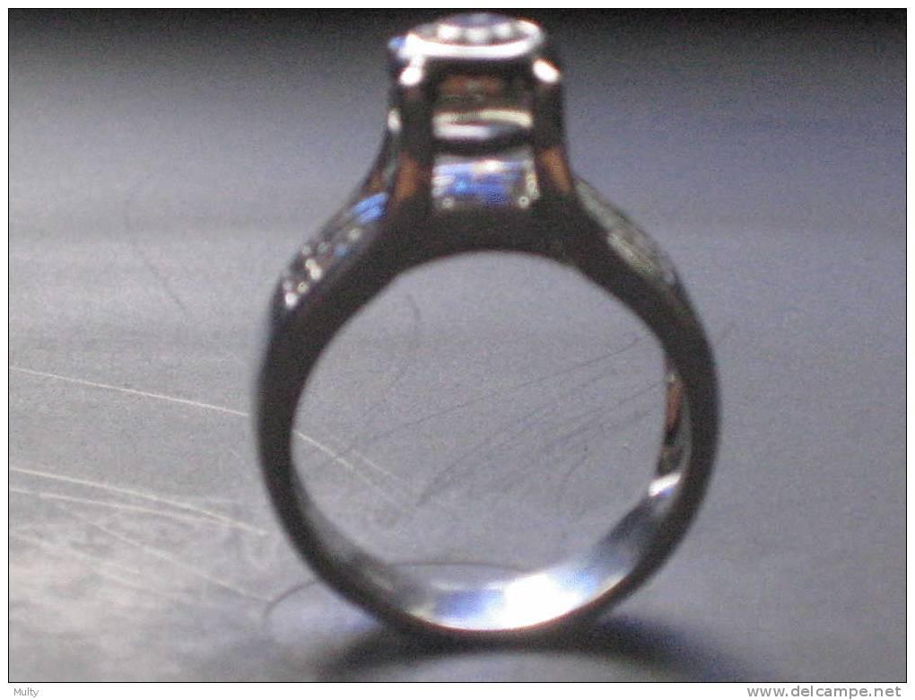 Ring Wit Goud 18 Kt. Met 1 Briljant En 30 Diamanten / Bague Or Blanc 18 Ct. - Bagues