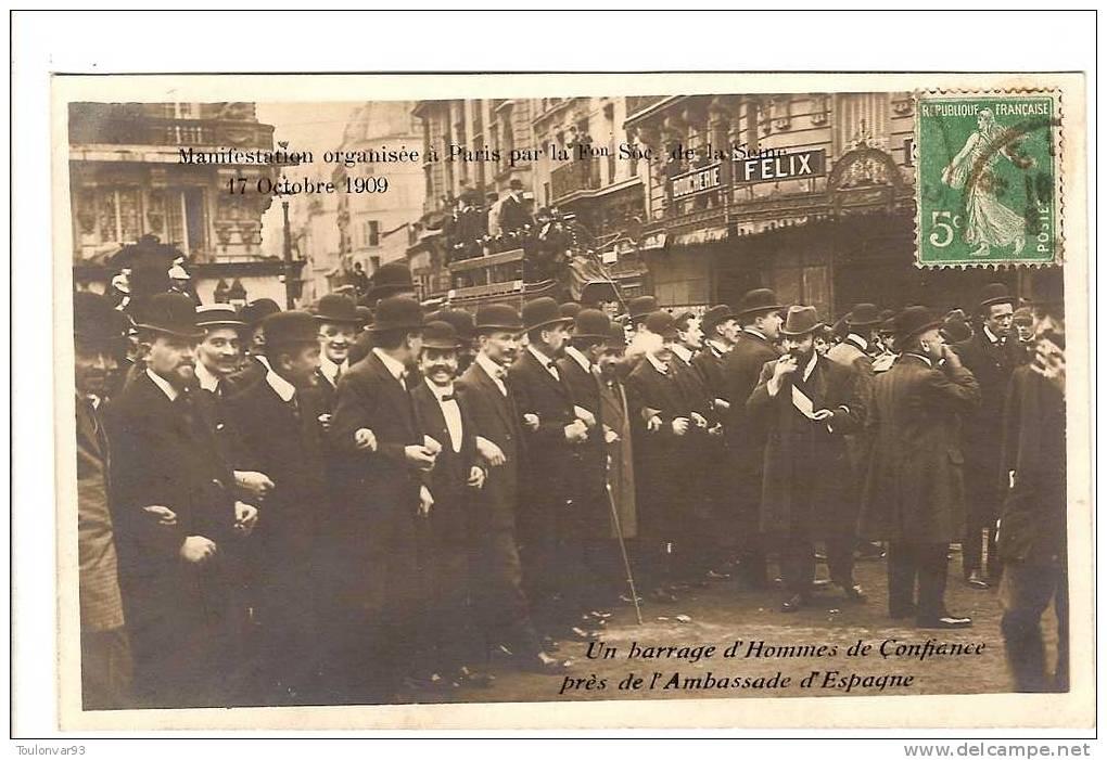 PARIS - CARTE PHOTO GREVE MANIFESTATION DU 17 OCTOBRE 1909 - BARRAGE D'HOMMES DE CONFIANCE PRES DE L'AMBASSADE D'ESPAGNE - Petits Métiers à Paris