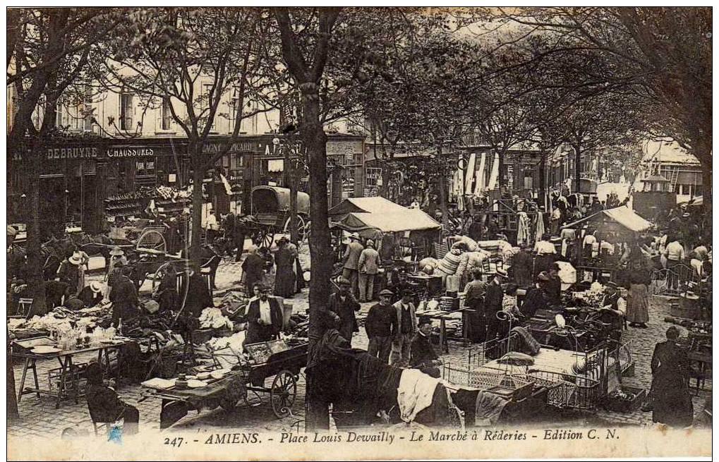 France: Amiens (Somme) Place Louis Dewailly- Le Marché à Réderies, Belle Animation, Voyagée - Amiens