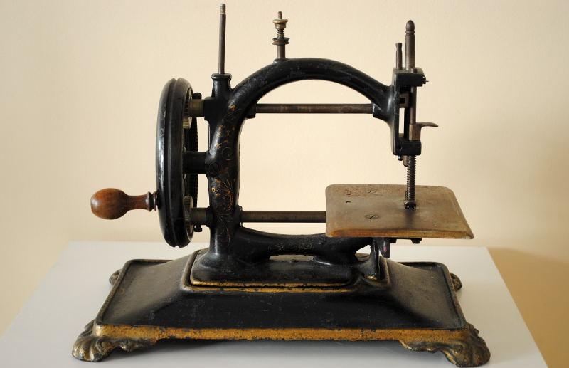 antiquite machine a coudre manuelle portative en fonte. Black Bedroom Furniture Sets. Home Design Ideas