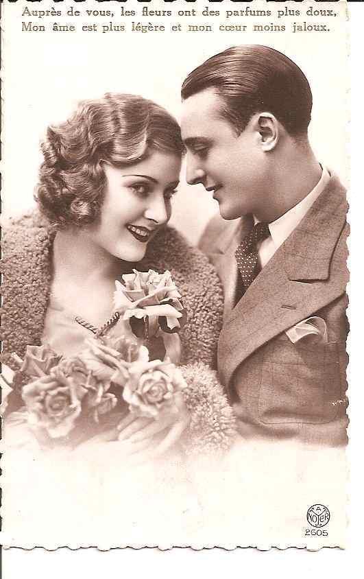 """COUPLE AMOUREUX AVEC FLEURS """"AUPRES DE VOUS LES FLEURS ONT DES PARFUMS PLUS DOUX"""" REF 18792 - Couples"""
