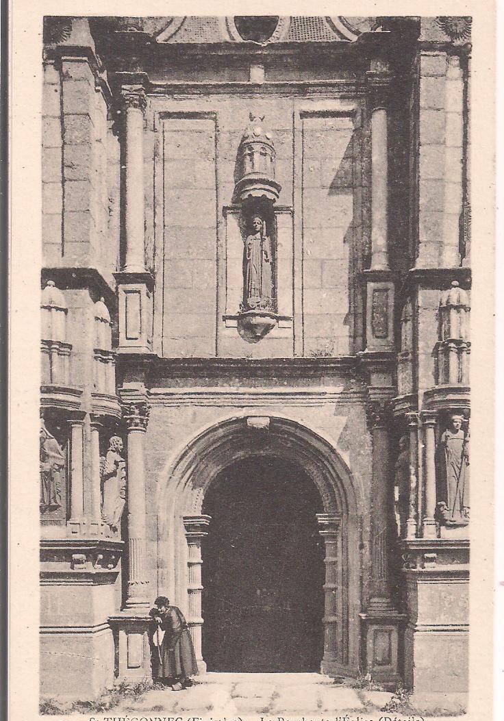 29 - SAINT-THEGONNEC - Mendiante Sous Le Porche De L'Eglise (détails) - Saint-Thégonnec