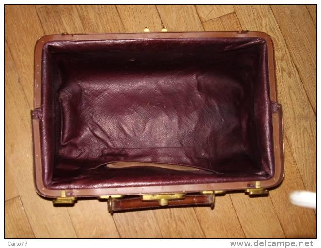 vintage sacoche de medecin en cuir poque xixeme. Black Bedroom Furniture Sets. Home Design Ideas