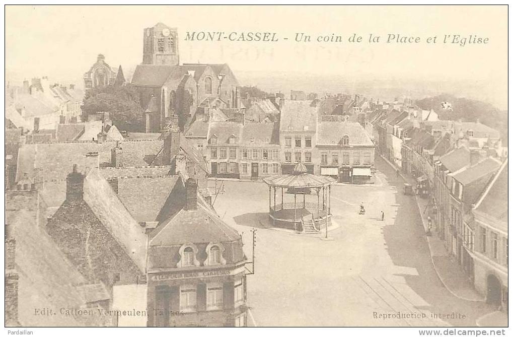 59.  MONT-CASSEL.     UN COIN DE LA PLACE ET L'EGLISE. KIOSQUE A MUSIQUE. - Cassel