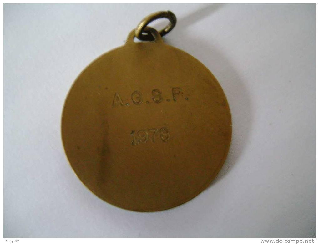 Médaille AGSP, Joueur En Action, Les Initiales JB Sont Gravées à Gche En Bas - Pétanque