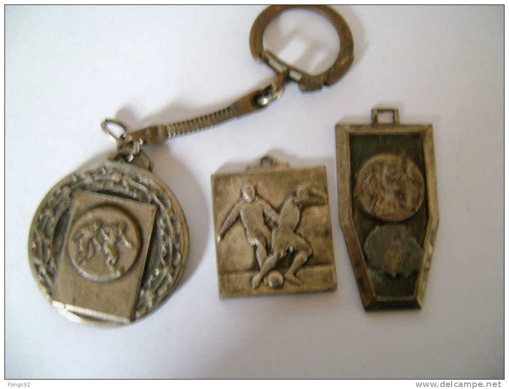 2 Médailles, 1 Porte-clé Anciens Sur Le Foot-ball - Habillement, Souvenirs & Autres