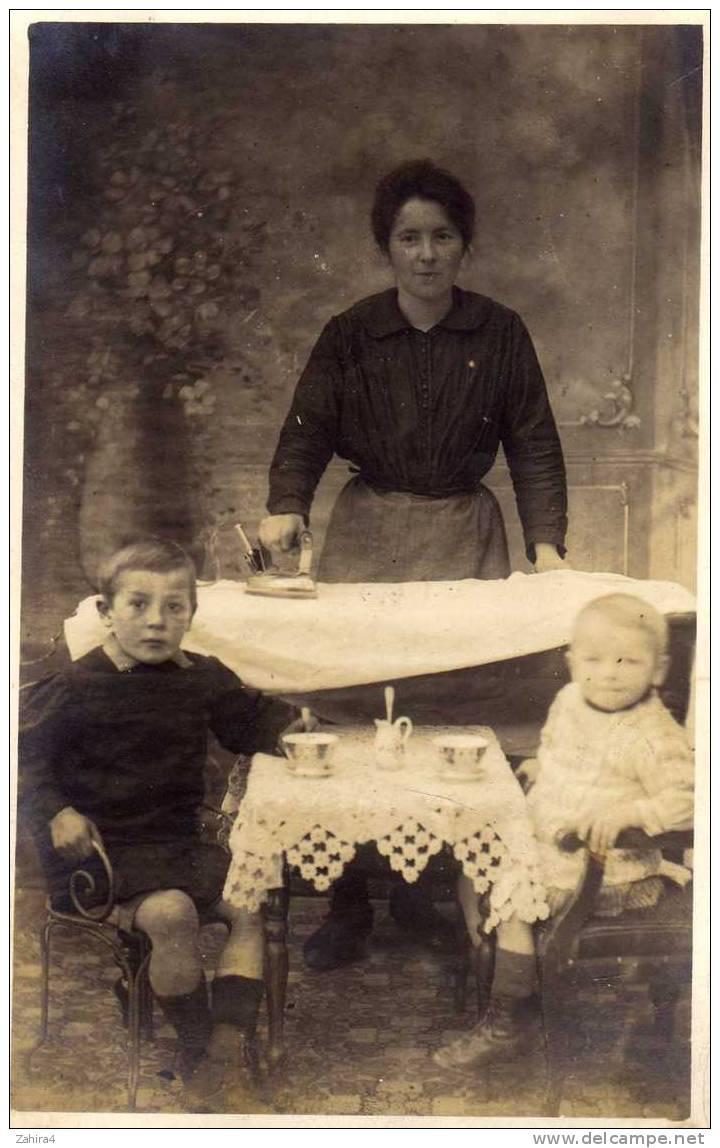 01 - C.P.Photo -  ? Le Goutet ( Ou Dinette) Des Enfants Et Les 1er Pas Du Fer électrique Avec Commentaire Au Dos - Photographs