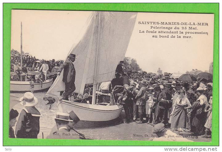 SAINTES MARIES DE LA MER - Pélerinage Du 25 Mai - La Foule Attendant La Procession Au Bord De La Mer - Saintes Maries De La Mer