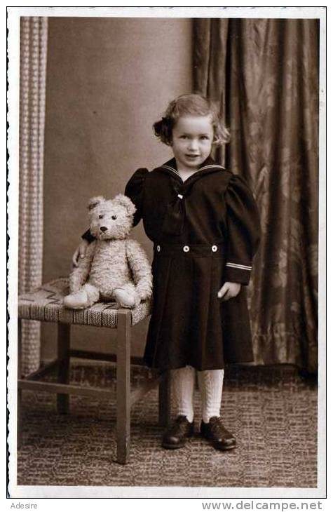 Mädchen Mit Großem Teddybär, Fotokarte Nicht Gelaufen Um 1940, Fotoatelier Eugen Reiter, Sierning, Oberdonau - Spielzeug & Spiele