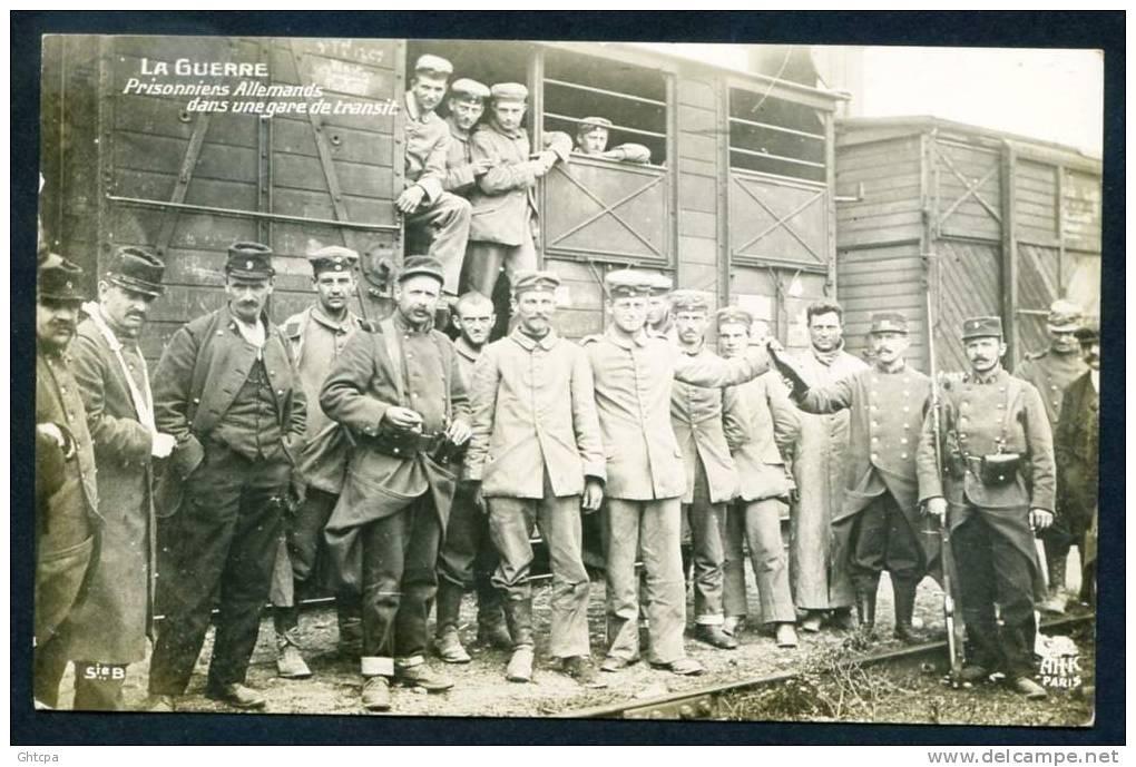 CPA. Carte / Photo.    LA GUERRE.  Prisonniers Allemands Dans Une Gare De Transit. - Guerre 1914-18
