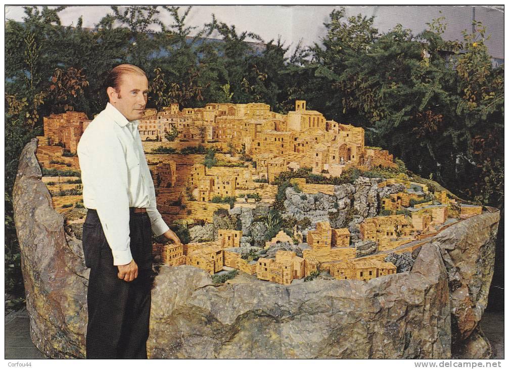M.SNEIDER  Présantant Sa Maquette De Gordes Réalisée Avec 400.000 Alumettes - CPSM 10x15 - Gordes