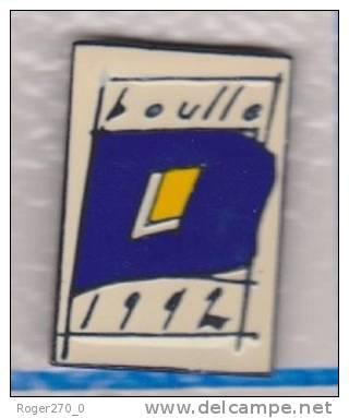 Superbe Pin´s , Ecole Boulle 1992 , Signé : Création TS EVEC - Pins