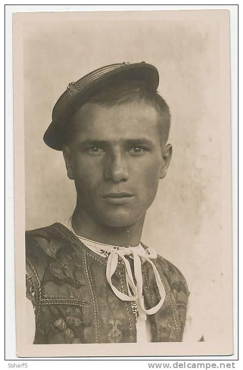 Folklore IV.2  DETVA Zvolenska Zupa MLADENEC S'retiazkou Fot. Karel Plicka C. 1924 - Slovacchia