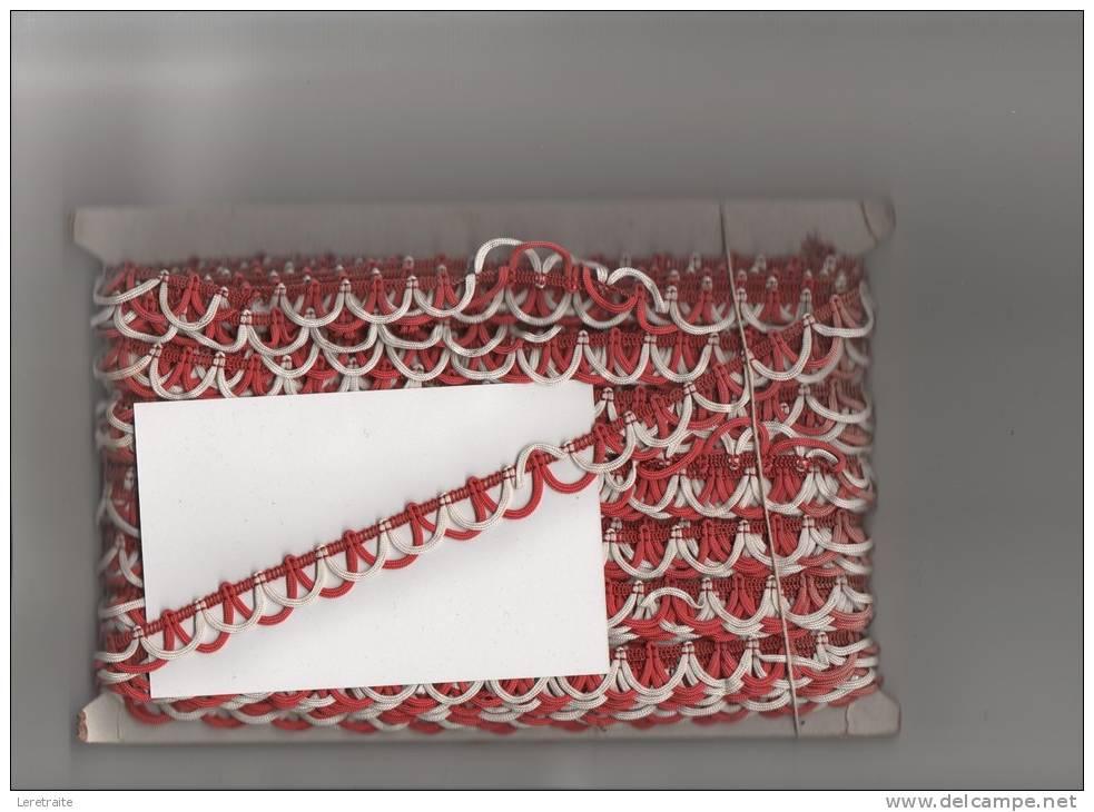 DENTELLE Ancienne, Galon ? Rouge Et Blanche, 25 Métres  , Largeur 1.5 Cm - Laces & Cloth