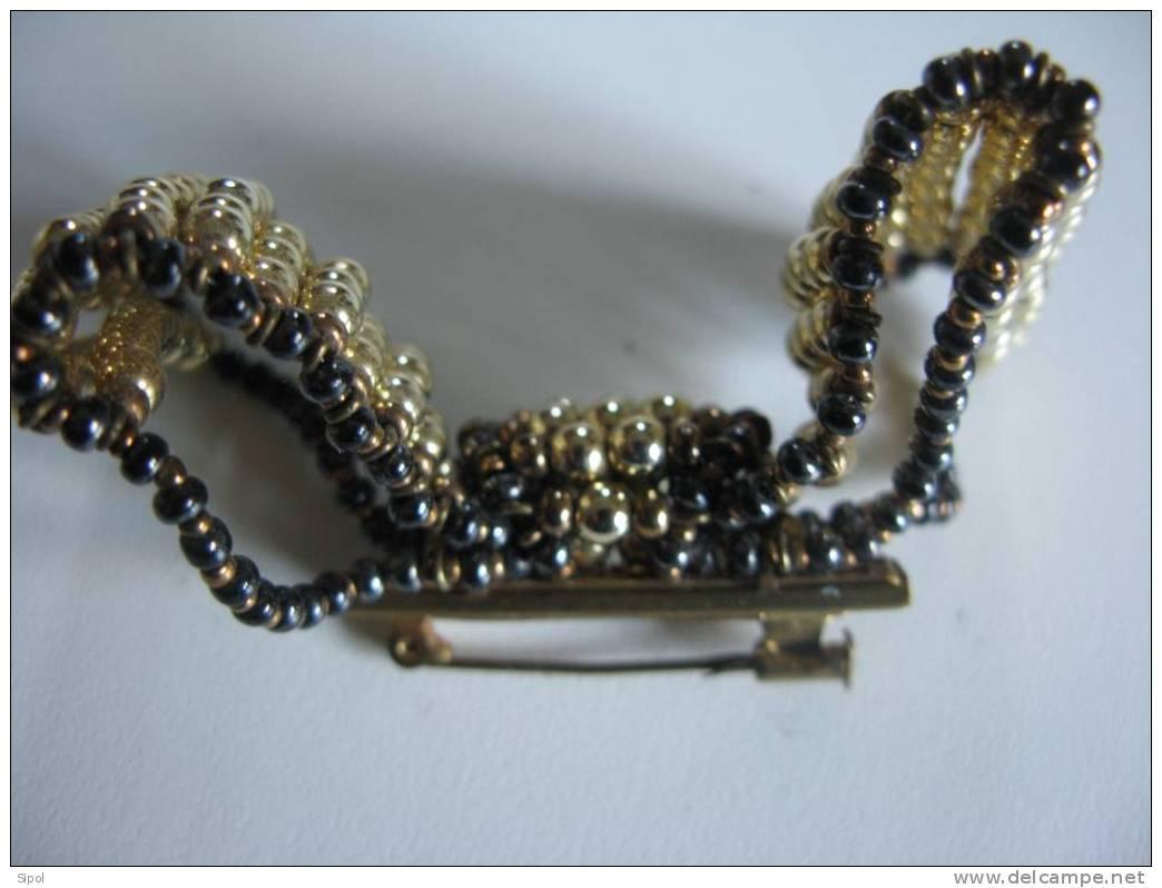 Broche Fantaisie  à épingle Représentant Un Noeud Fait De Perles Dorées Et  Bronze - Bijoux & Horlogerie