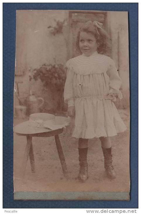 PHOTOGRAPHIE ORIGINALE D´UN ENFANT FILLETTE AVEC GRAND CHAPEAU DE PAILLE - Unclassified
